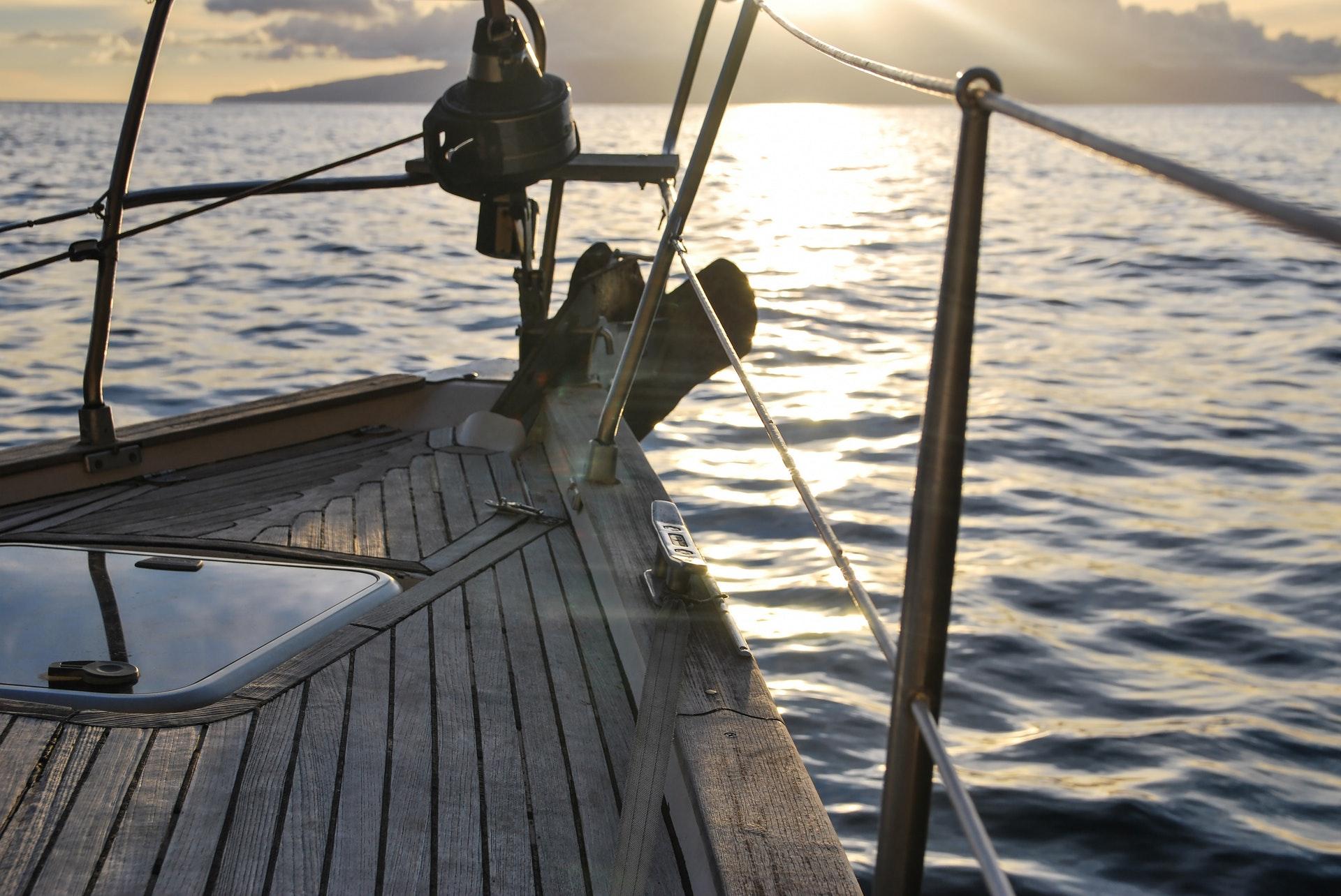 En bild av en segelbåt som visar balansen mellan arbete och fritid